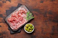 西班牙jamon,熏火腿crudo火腿,意大利蒜味咸腊肠 库存照片