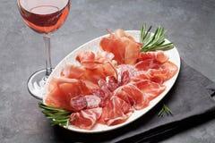 西班牙jamon,熏火腿crudo火腿,意大利蒜味咸腊肠 免版税图库摄影