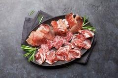 西班牙jamon,熏火腿crudo火腿,意大利蒜味咸腊肠 库存图片