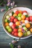 西瓜、甜瓜和瓜沙拉 夏天水果沙拉 免版税库存照片