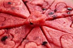 西瓜与种子的纹理心脏关闭  在水多的红色果子背景的西瓜心脏 免版税图库摄影