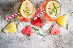 西瓜与西瓜片断的柠檬柠檬水在心脏形状的  刷新的夏天饮料概念 免版税库存图片