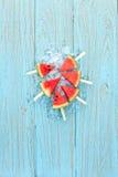 西瓜冰棍儿美味的新鲜的夏天果子甜点心木头柚木树 免版税库存照片