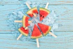 西瓜冰棍儿美味的新鲜的夏天果子甜点心木头柚木树 免版税库存图片