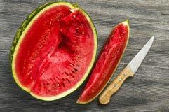 西瓜切片和刀子图片,吃西瓜在夏天和切与刀子, 免版税图库摄影