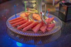 西瓜在KTV的苹果盛肉盘 库存图片
