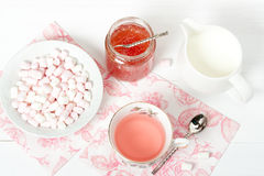西瓜果酱,清凉茶,蛋白软糖 空白木表 图库摄影