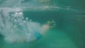 西瓜盔甲的一年轻人获得在水池的乐趣在党 在一栋热带别墅的假期 股票视频