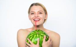 西瓜维生素饮料 享用自然汁液 女孩裸体饮料新鲜的汁液整个西瓜水果鸡尾酒秸杆 免版税库存图片