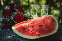 西瓜花束和酒杯 免版税库存照片