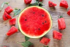 西瓜,木表面上的果子 免版税库存照片