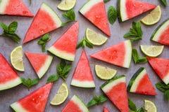 西瓜,柠檬切片和绿色薄荷叶 顶视图,平的位置 免版税库存图片