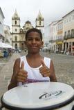 巴西男孩站立的打鼓的Pelourinho萨尔瓦多 免版税库存图片