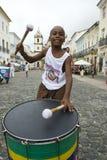 巴西男孩站立的打鼓的Pelourinho萨尔瓦多 免版税库存照片