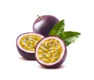 西番莲果在白色背景留下passionfruit 免版税库存照片