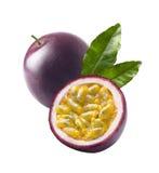 西番莲果在白色backg留下passionfruit叶子被隔绝 免版税库存图片