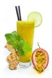 西番莲果汁用薄菏和姜 库存图片