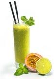 西番莲果汁用薄菏和石灰 库存图片