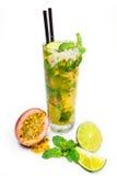 西番莲果汁用薄菏和石灰 库存照片