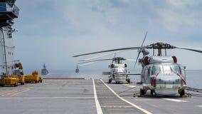 西科斯基S-70B海皇家泰国海军鹰直升机在查克里・纳吕贝特号航空母舰航空母舰直升飞机升降台停放  免版税库存图片
