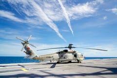 西科斯基S-70B海皇家泰国海军鹰直升机在查克里・纳吕贝特号航空母舰航空母舰直升飞机升降台停放  免版税图库摄影