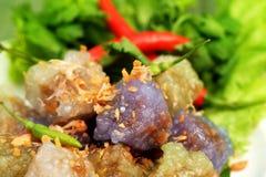 西米猪肉球泰国传统点心和开胃菜烹调服务与冷颤和莴苣 库存图片