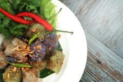 西米猪肉球泰国传统点心和开胃菜烹调服务与冷颤和莴苣 免版税图库摄影