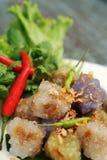 西米猪肉球泰国传统点心和开胃菜烹调服务与冷颤和莴苣 库存照片