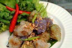 西米猪肉球泰国传统点心和开胃菜烹调服务与冷颤和莴苣 免版税库存图片