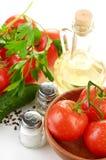 西红柿分支在一个木碗的 库存照片