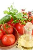 西红柿分支在一个木碗的 库存图片