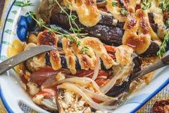 西红柿原料、肉和葱,茄子特写镜头用在盘的调味汁 免版税库存图片