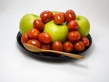 西红柿和绿色苹果计算机 免版税图库摄影