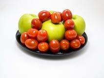 西红柿和绿色苹果计算机 库存照片