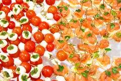 西红柿在木棍子开胃菜和salm的橄榄乳酪 库存图片