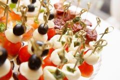 西红柿在木棍子开胃菜的橄榄乳酪 图库摄影