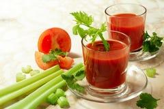 西红柿汁用芹菜 免版税图库摄影