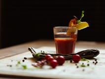 从西红柿汁的酒精鸡尾酒在一张白色桌上和在a 库存图片