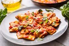 西红柿酱意大利或地中海食物面团馄饨  免版税图库摄影