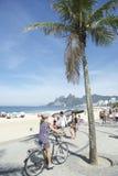 巴西自行车车手Ipanema海滩里约热内卢 图库摄影