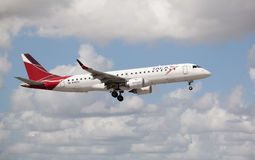 巴西航空工业公司190着陆 免版税图库摄影
