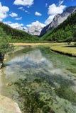 西藏与河的雪山 免版税库存图片