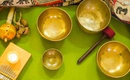 西藏人唱歌碗 为放松和凝思的亚洲乐器 辅助部件唱合理的西藏处理的碗按摩 免版税库存照片