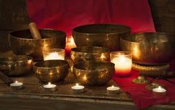 西藏人在红色的唱歌碗 库存照片
