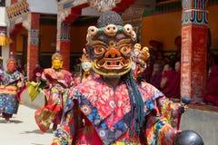 西藏人在跳舞Tsam在佛教节日的面具穿戴了奥秘舞蹈在Hemis Gompa 拉达克,北部印度 免版税库存图片