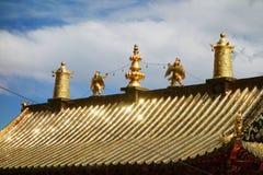 西藏人Langmusi寺庙的金黄宫殿 免版税图库摄影
