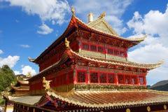 西藏人Langmusi寺庙的金黄宫殿 库存图片