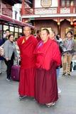 西藏和尚在南市老镇在上海,中国 免版税库存照片