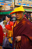 西藏和尚转动的地藏车 库存照片