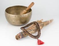 西藏唱歌碗、念珠和污点棍子。 免版税库存照片